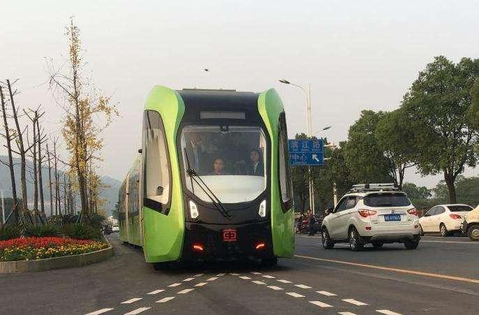 全球首列智能轨道快运系统列车