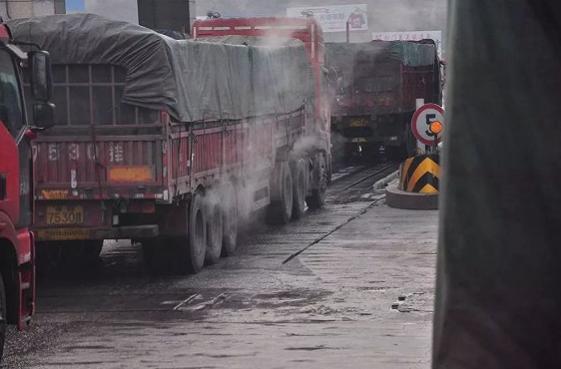 给刹车系统淋水的货运车辆